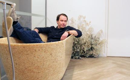 Woodion toimitusjohtaja Petro Lahtinen istuu puukomposiitista valmistetussa kylpyammeessa.