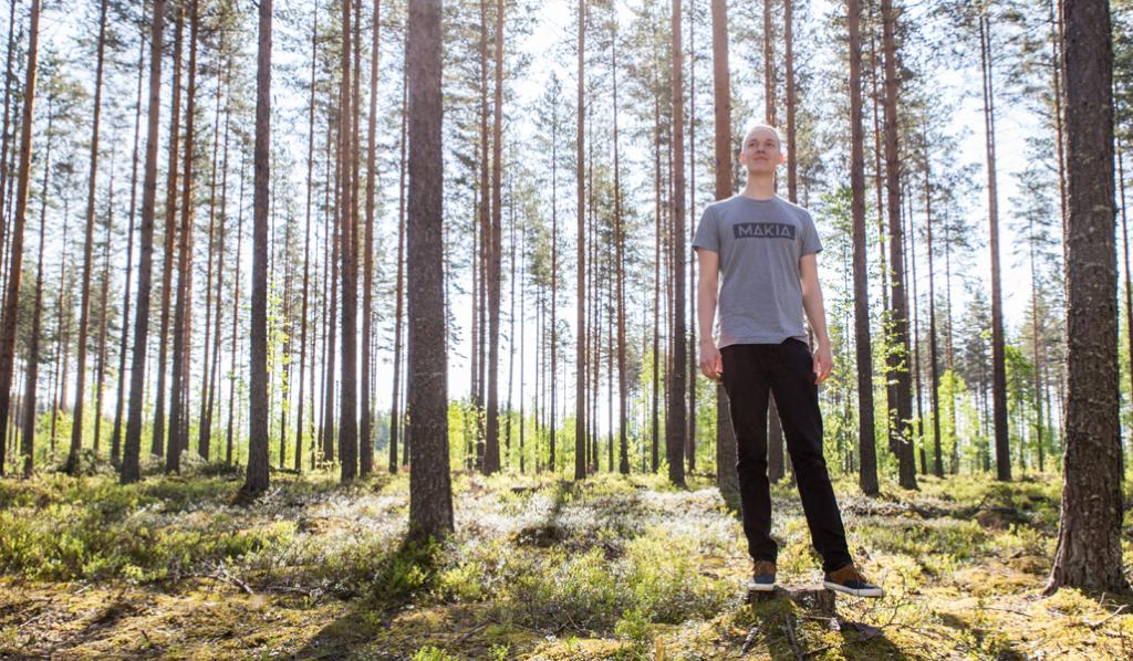 Miikka Kotilainen kuvattuna mäntyvaltaisessa talousmetsässä.