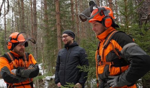 Metsurit Pekka Niskanen ja Janne Iivanainen Savon metsuripalveluista keskustelevat Metsäkeskuksen yritysneuvojan Arto Yletyisen kanssa metsässä.