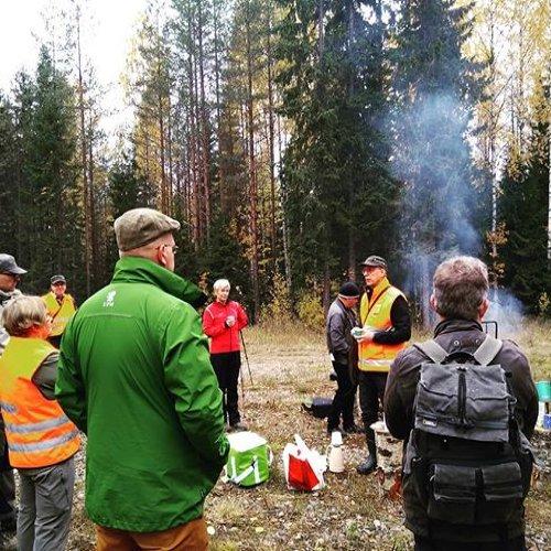 @metsakeskus: Tänään toimittajien kanssa maastoretkellä tutustumassa eri-ikäisrakenteiseen metsän kasvatukseen ja talousmetsien luonnonhoitoon. Yhteistyössä mukana Metsähallitus ja Sykettä Keski-Suomen metsiin -hanke. Mielenkiintoinen retki tulossa! 🌲 #metsänhoito #luonnonhoito