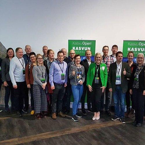 @metsakeskus: Iloiset terveiset Kasvu Open Karnevaalista Jyväskylästä! Meidän yritysneuvojamme ovat ohjanneet ja kannustaneet lähes 70 yritystä metsä- ja luontoyrittäjyyden kasvupolulle tänä vuonna, ja nyt on aika juhlia. 🎉🎊 Tänään meidän kasvupolkumme voittaja Finnos kisaa koko Kasvu Openin voitosta finaalissa, ja eilen Metsäkeskus ja palvelupäällikkömme Sanna Kasurinen palkittiin parhaana kasvupolun kumppanina ja innostavan ilmapiirin luojana.  #kasvuopen #metsä #luonto #yrittäjyys