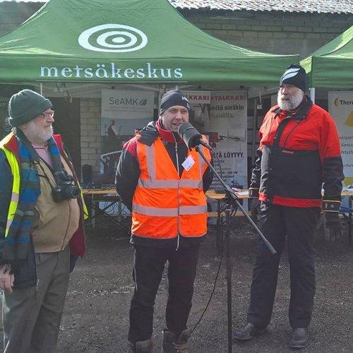 @metsakeskus: Suomen metsäkeskus vie metsäenergiaosaamista Viroon Visu - liiketoimintaa lämmöstä -hankkeessa. Metsäkeskuksen biotalouden ja bioenergian asiantuntija Juha Viirimäki sekä Juha Mieto avasivat hankkeen järjestämät metsäenergiapäivät tänään Viron Köpyssä. Oppia oli kuulemassa kymmeniä ihmisiä heti aamusta. #metsäenergia #juhamieto