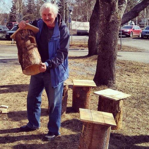 @metsakeskus: Vielä ehtii ripustaa pönttöjä linnuille, jotka aloittelevat pesintäpuuhia. 🦉Sysmäläinen Harri Mustjoki osallistui viime lauantaina Sysmän metsä- ja pönttöpäivään. Metsänomistaja palasi kotiin telkänpönttö kainalossa. ☀️#sysmä #metsänhoito #luonnonhoito #pesintä #pesintäaika #pesintärauha #linnunpönttö