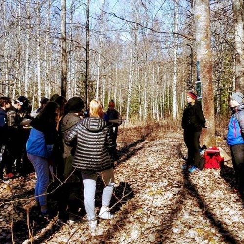 @metsakeskus: Eilen oltiin Tampereella Linnainmaan koululla pitämässä Metsäpäivän rastia 7-8-luokkalaisille. Metsäkeskuksen Sonja ja TAMKin Petteri kertoivat oppilaille metsien monimuotoisuudesta. 🌲☀️🐿️🐛🌱 @tampereen4h @tamk_uas @linnainmaank #tamkmetsätalous #metsäpäivä #monimuotoisuus #linnainmaankoulu