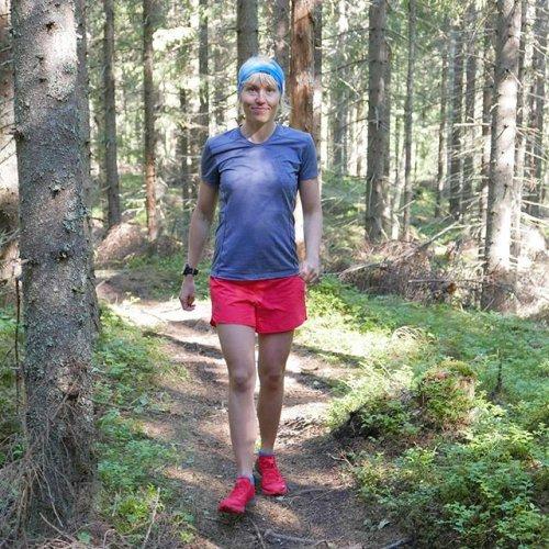 @metsakeskus: Ylös, ulos ja metsälenkille 🏃 Polkujuoksu on mukava liikuntaharrastus, joka kehittää niin kestävyyttä kuin ketteryyttä. Metsä on myös mitä oivallisin lenkkipaikka: puut suojaavat paahteelta, sateelta ja tuulelta. Polkujuoksuharrastaja Saara Grönholm vinkkaa, että polkujuoksu kannattaa aloittaa tutuilta poluilta, tai lähteä alkuun vaikka yhteislenkeille muiden kanssa. Lue lisää Metsään-lehdestä 👉 metsaan-lehti.fi. #polkujuoksu #metsä
