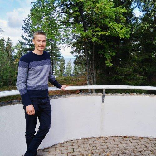 """@metsakeskus: Metsään-starttipäivä järjestetään tänä lauantaina kahdeksalla paikkakunnalla eri puolilla Suomea. Koulutuksessa käsitellään muun muassa metsänhoitoa, puukauppaa ja metsänomistajan oikeuksia ja velvollisuuksia.  Tamperelainen Mikko Merikoski saapui starttipäivään yhdessä tyttöystävänsä kanssa. Hän näkee koulutuksen sopivan erityisesti tuoreille tai tuleville metsänomistajille. """"Kokonaiskuva siitä, mitä kaikkea metsänhoitoon ja - kasvatukseen liittyy on ehdottomasti parantunut"""", Merikoski toteaa koulutuksesta. #metsäkeskus #metsäänstarttipäivä"""