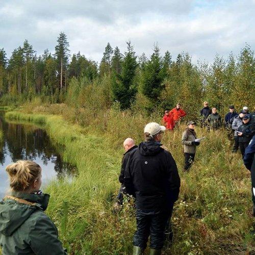 @@metsakeskus: Puuta voidaan hyödyntää myös vesiensuojelussa 🌲 Metsätalouden vesiensuojelupäivillä Savonlinnassa tutustuttiin uusiin keinoihin, joilla vesistöjen kuormitusta voidaan ehkäistä ja vähentää. Esimerkiksi hiilletyllä puulla ja puutavaranipuilla voidaan puhdistaa vettä ja vähentää vesistöjen kuormitusta. Uusia mahdollisuuksia vesiensuojeluun tuovat myös laserkeilausaineistoihin perustuvat mallit. #vesiensuojelu #metsä #vesiensuojelupäivät2019