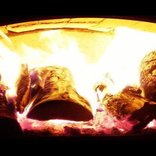 @metsakeskus: Lämmitätkö puulla? 🔥 Polttopuun päästöihin voi itse vaikuttaa yllättävän paljon. Sytytätkö sinä puut päältäpäin? Lue vinkit ilmastoviisaaseen puunpolttoon Metsään-lehden jutusta ➡ metsaan-lehti.fi  Värmer du med ved? 🔥 Du kan själv påverka utsläppen från det förvånansvärt mycket. Tänder du uppifrån? Läs våra tips för klimatsmart vedeldning i kundtidningen Min Skog ➡ minskog-kundtidning.fi  #puulämmitys #polttopuut #vanhattalot #takka #kakluuni #leivinuuni  #rintamamiestalo #päästöt #ilmastoviisas #vedeldning #ved #gamlahus #bakugn #frontmannahus #utsläpp #klimatsmart