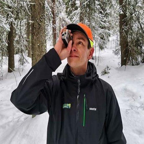 Mittauskeppi, puiden korkeusmittari, mittanauha, maastotallennin... Ari Kasanen kaivaa tottuneesti repusta esiin metsänm...