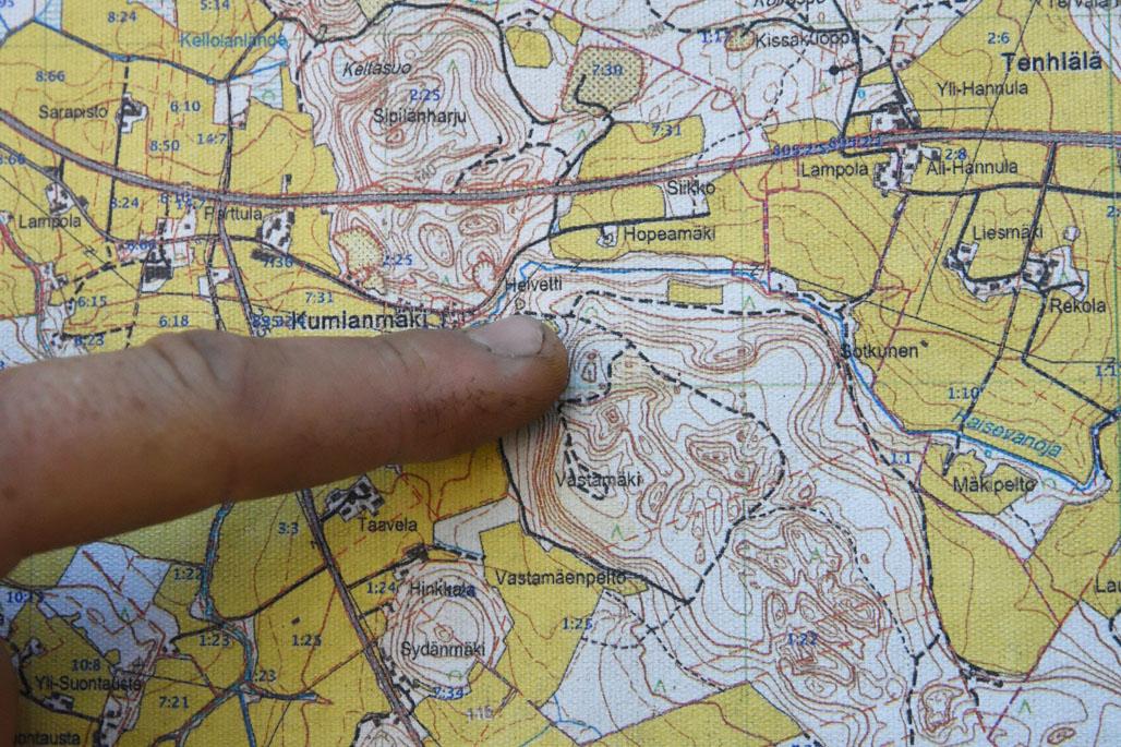 Kuvassa sormi osoittaa karttaa Hämeenkosken Helvetinrotkon ympäristöstä, missä on havaittu liito-oravan jätöksiä ja virtsajälkiä.
