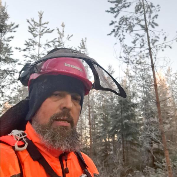 Juhani Toivakka on ottanut kuvan itsestään metsurikypärässä talvisessa metsässä.
