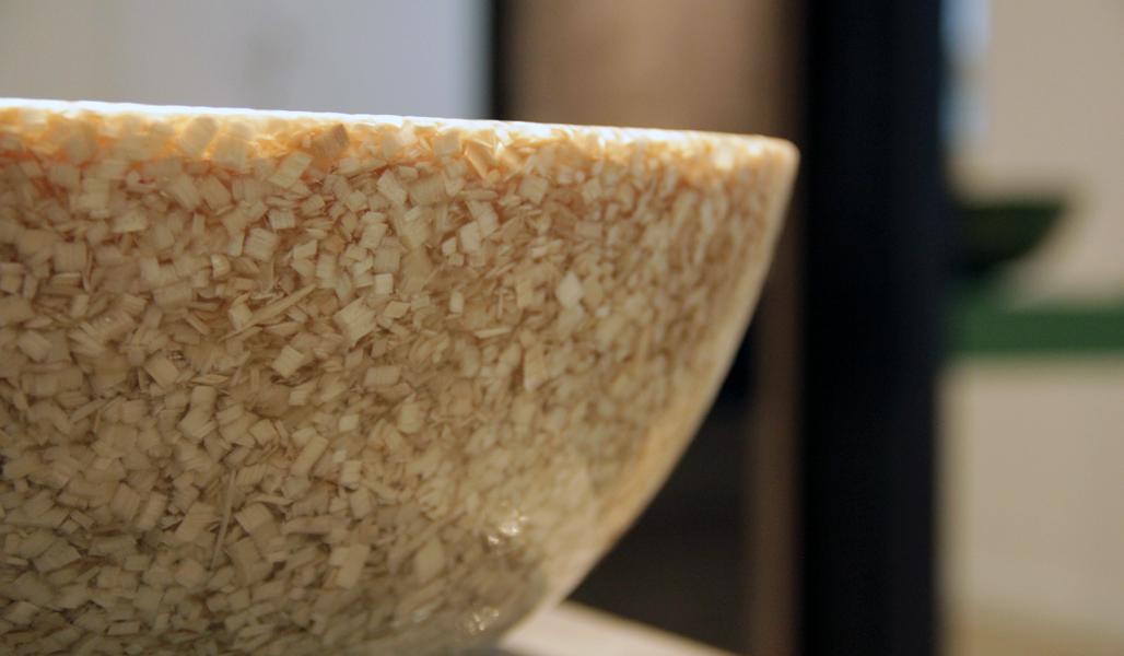 Lähikuvassa on puukomposiitista valmistetun pesualtaan reuna.